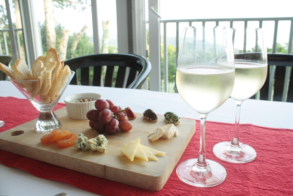Discovery Country Suites wine and cheese